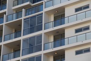 廠家直銷鋁合金玻璃護欄、焊接玻璃護欄、玻璃護欄