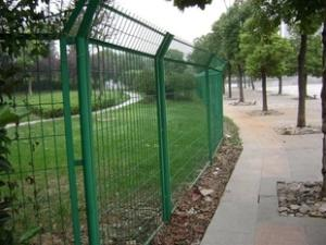 公路围栏网/隔离网墙用于农家院的圈护和工厂围墙的建设
